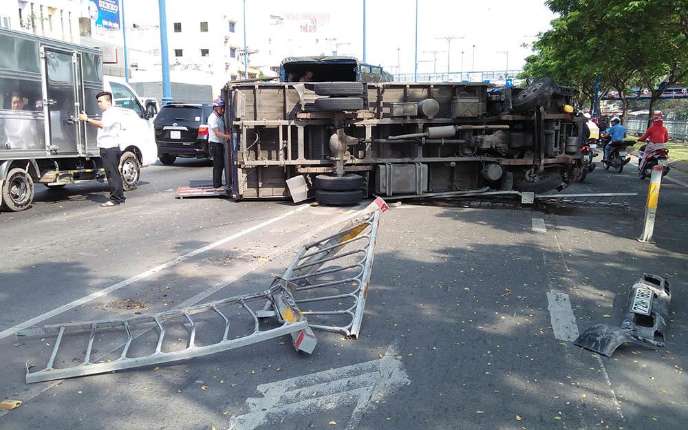 Xe tải náo loạn đại lộ Sài Gòn, 3 người kẹt trong cabin kêu cứu