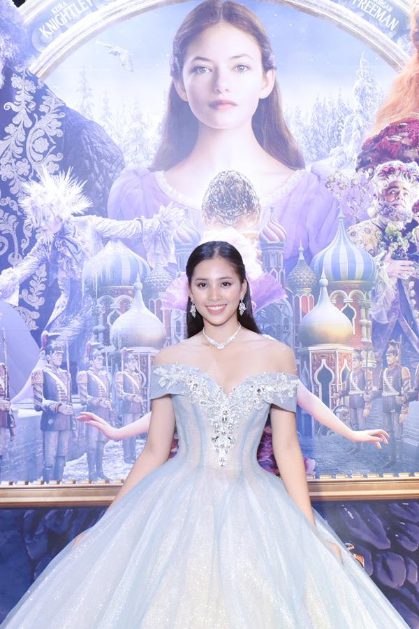 Hoa hậu Tiểu Vy điệu đà với đầm công chúa