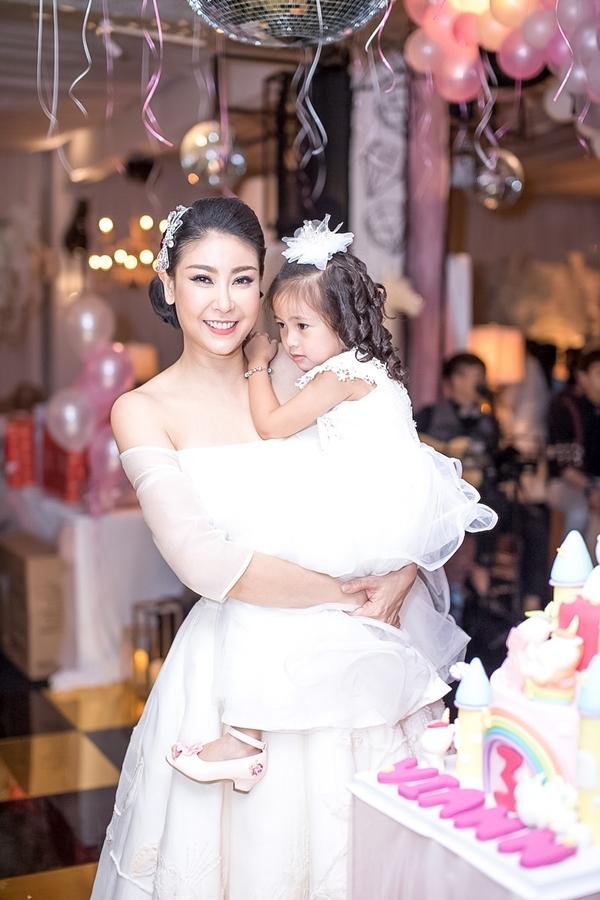 Lệ Quyên rạng rỡ dự sinh nhật con gái Hà Kiều Anh sau khi rút sụn mũi giả