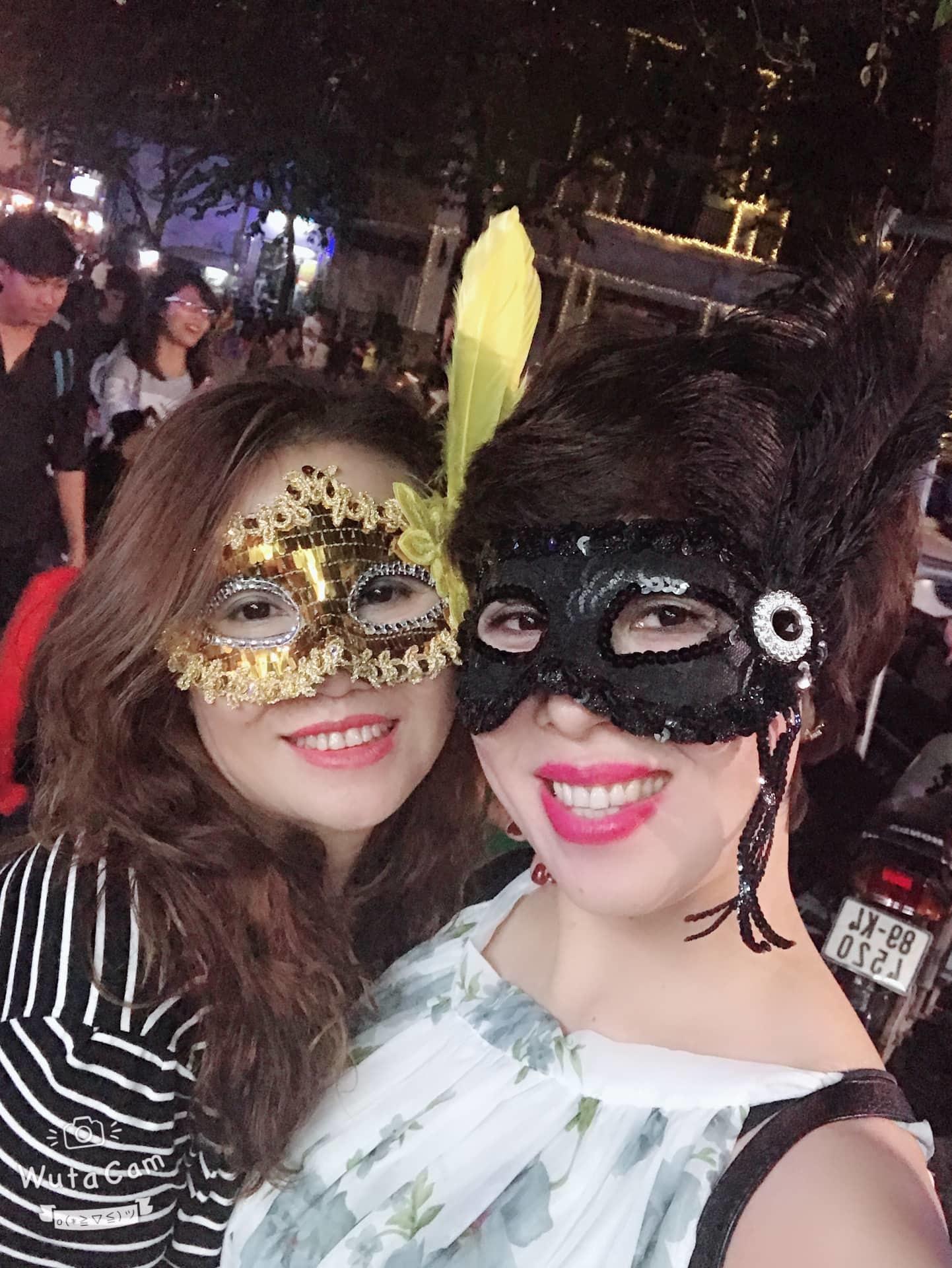 Quý bà Hà Nội đeo mặt nạ bí ẩn xuống phố giữa đêm