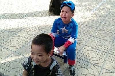 Cậu bé lớp 3 hóa trang thành zombie khiến bạn 'khóc cả buổi'