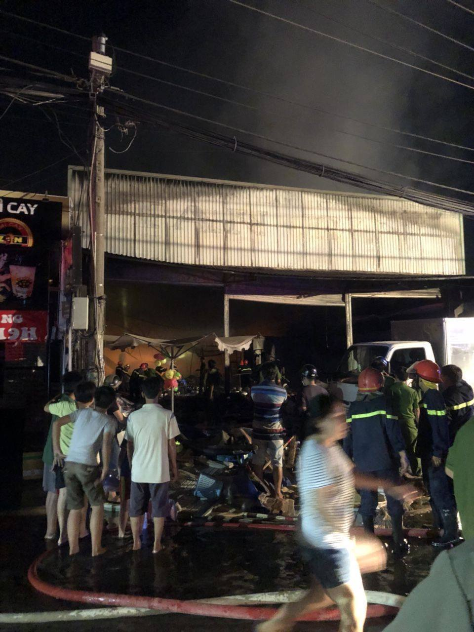 Cửa hàng nội thất ở Sài Gòn cháy rụi trong đêm Halloween