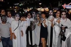 Diện áo dài trắng chơi Halloween: Tranh cãi thâu đêm ở phố Sài Gòn