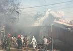 Hà Nội: Xưởng gỗ cháy lớn lan sang nhà 2 tầng, 1 người cấp cứu