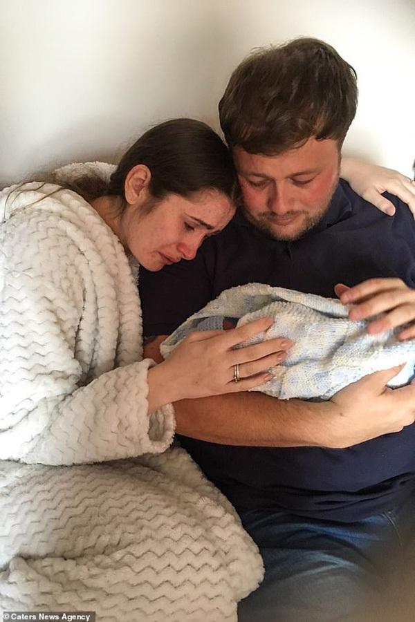 Đau lòng vợ chồng trẻ vào viện sinh con nhưng lại mang về 2 chiếc hộp nhỏ