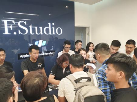 Xếp hàng giữa đêm chờ mua iPhone Xs chính hãng tại Việt Nam