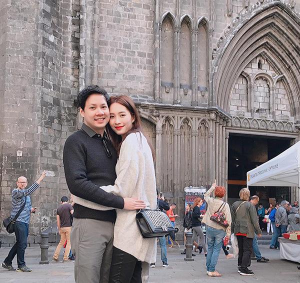 Tin sao Việt ngày 2/11: Sau 2 năm Đặng Thu Thảo mới dám công khai ảnh ôm ấp chồng