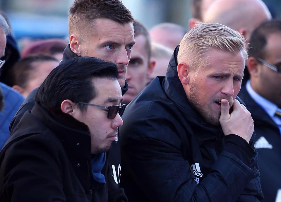 Schmeichel bị chặn lại khi định lao vào lửa cứu ông chủ Leicester
