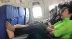 Du khách thản nhiên gác chân lên bàn ăn máy bay, đòi được thông cảm