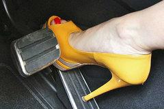 Phụ nữ lái xe có cần 'nói không' với giày cao gót?