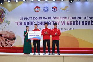 Tuyển Bóng đá Việt Nam cùng Vnpost chung tay vì người nghèo