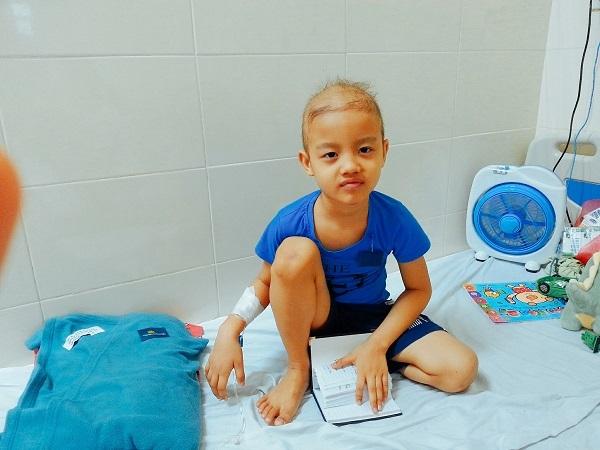Xót xa bé trai 5 tuổi cùng lúc chiến đấu với 3 bệnh ung thư