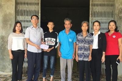 Trao gần 80 triệu đồng đến gia đình nạn nhân của vụ cháy lớn ở Đê La Thành