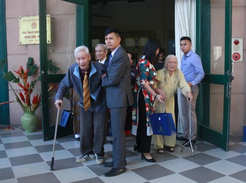 Thầy cô chống gậy, nắm chặt tay nhau về thăm trường cũ 110 tuổi