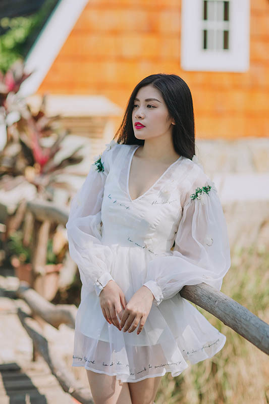 Sao mai Thu Hằng hoá công chúa cổ tích đón tuổi 23