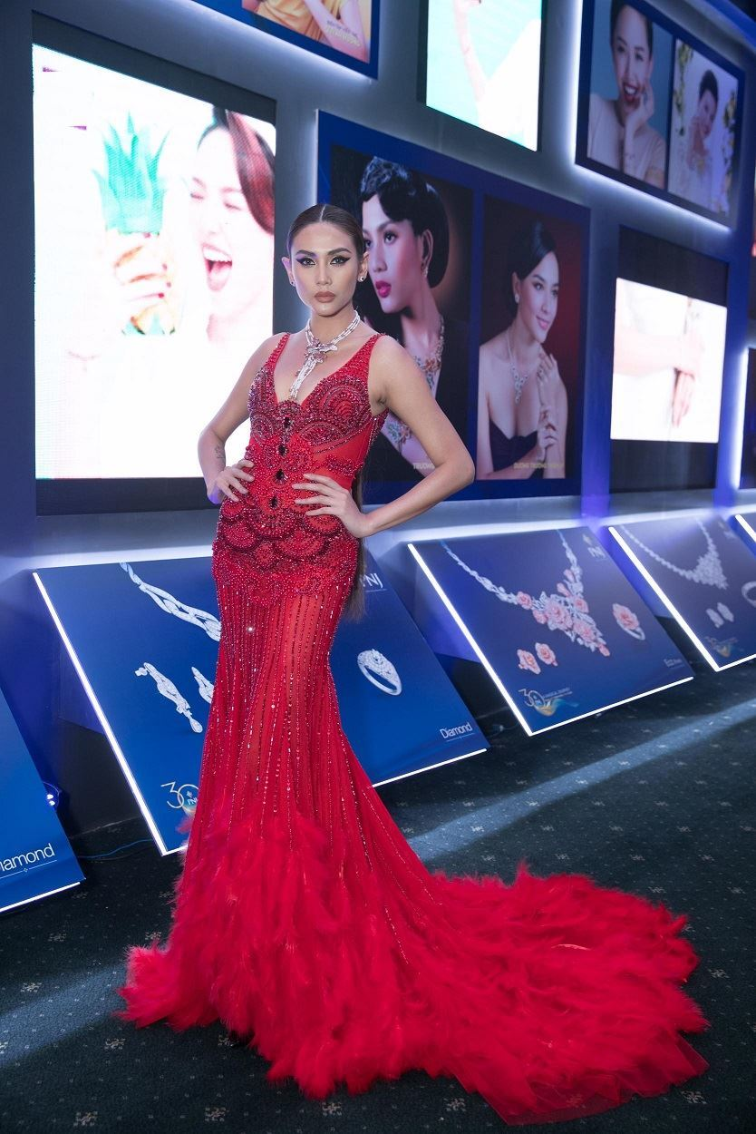 Thanh Hằng, Võ Hoàng Yến diễn vedette cho show thời trang trăm tỷ