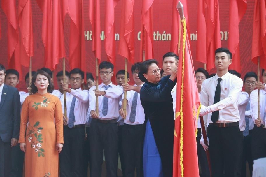 Chủ tịch Quốc hội trao Huân chương Độc lập hạng Ba cho ngôi trường 110 tuổi