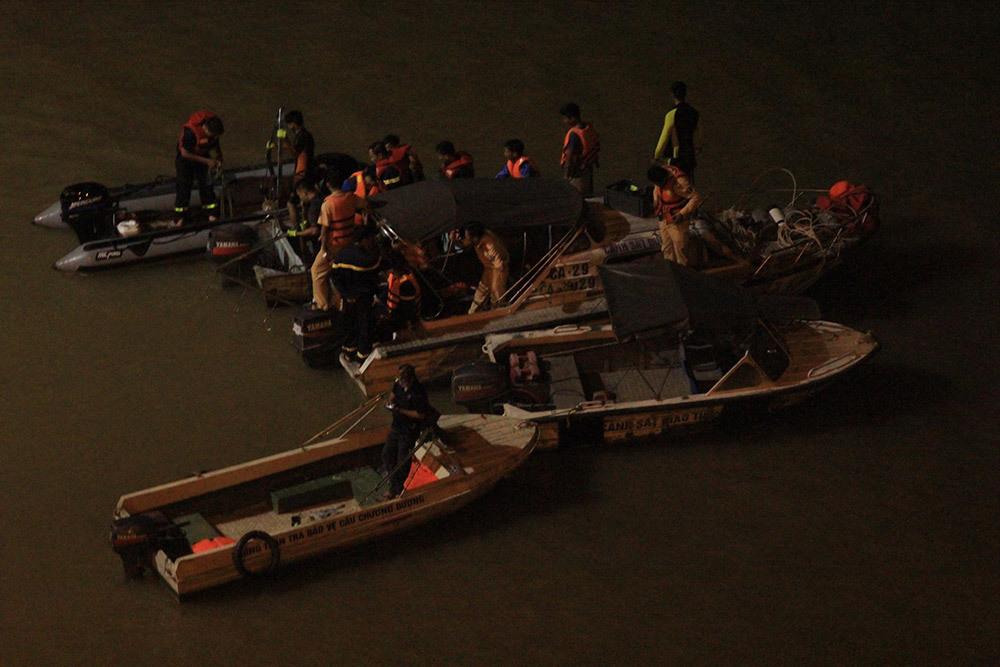 Tìm thấy 2 thi thể vụ ô tô bay khỏi cầu Chương Dương xuống sông Hồng
