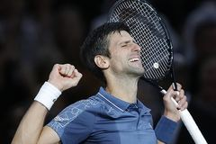 Thắng nghẹt thở Federer, Djokovic vào chung kết Paris Masters