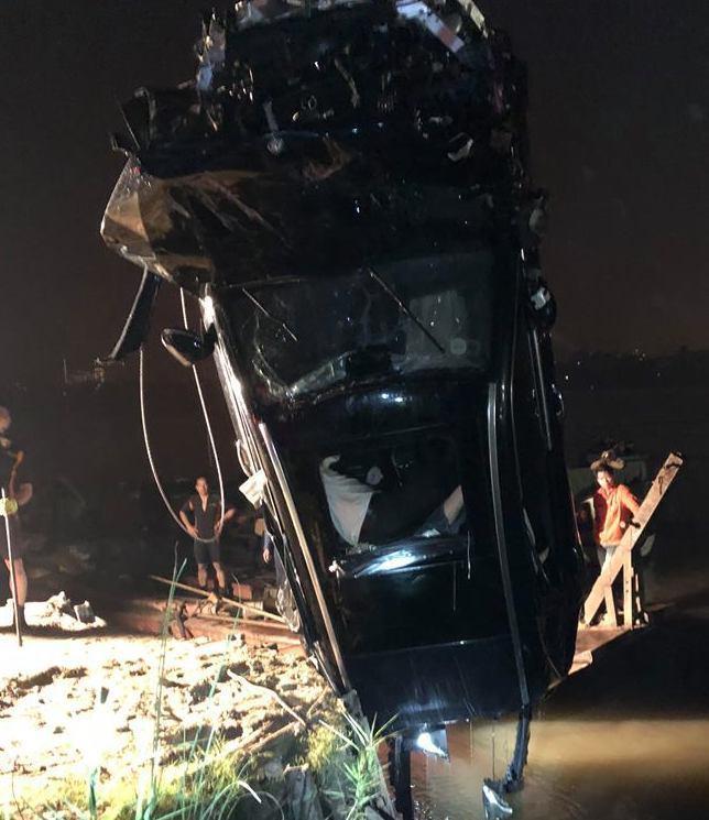 Xe Mercedes rơi từ cầu Chương Dương: Nạn nhân vẫn ôm vô lăng