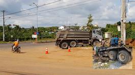 Xe tải đổ dốc vò nát xe máy, 1 người chết tại chỗ