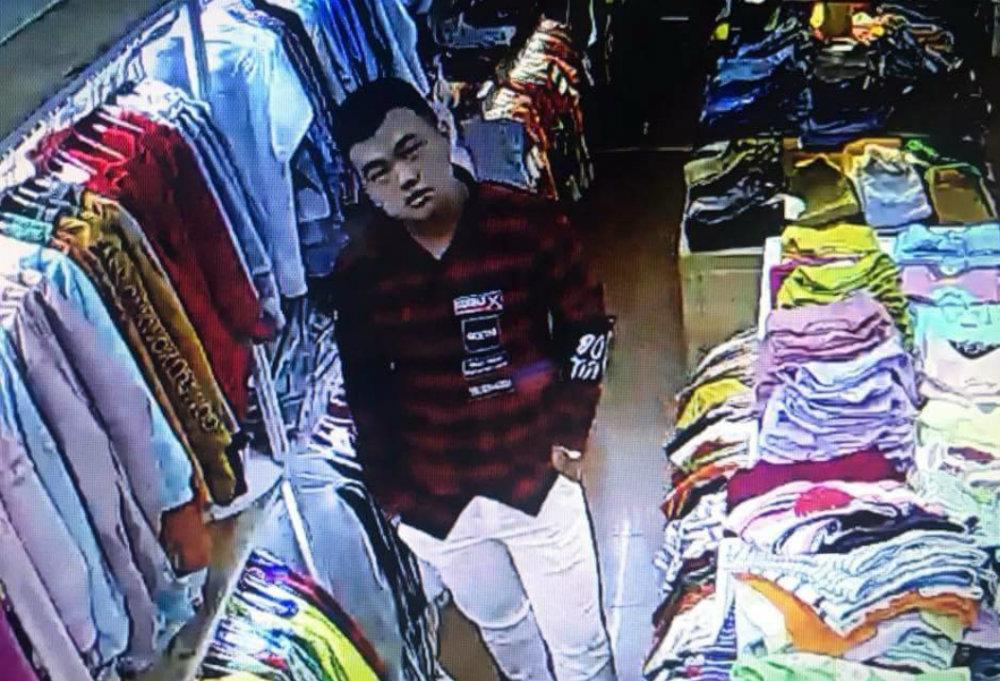 Đôi tình nhân đâm tới tấp nhân viên bán quần áo sắp hầu tòa