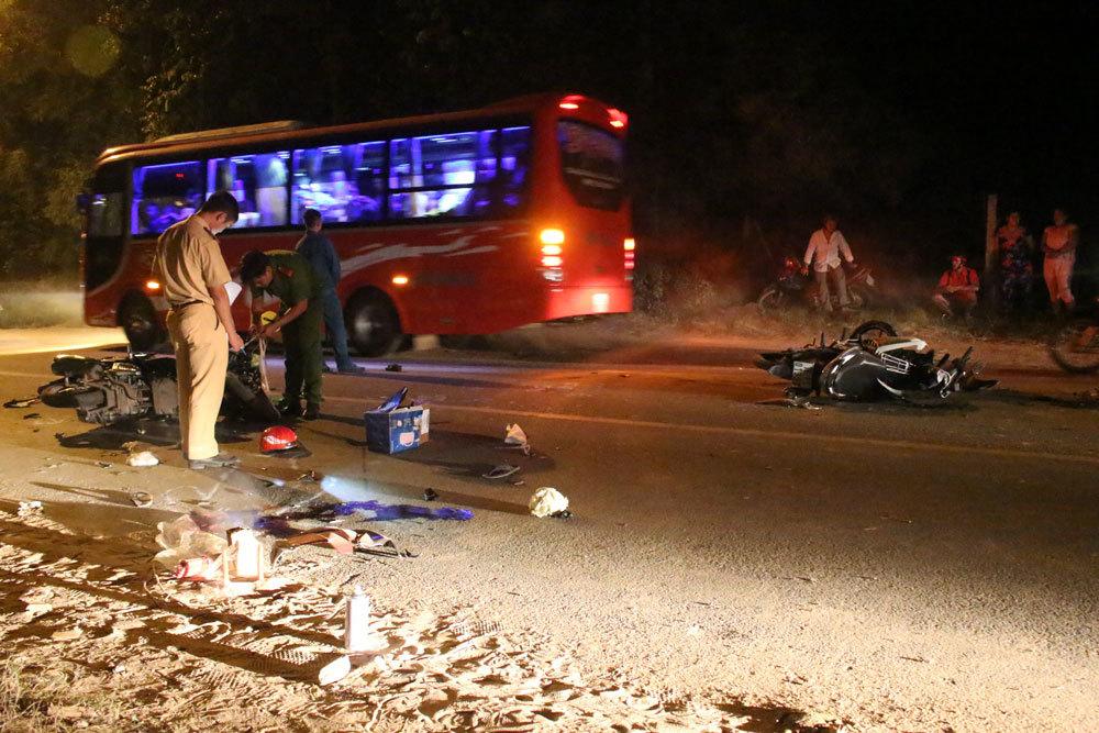 2 xe máy đối đầu trong đêm, một người tử vong