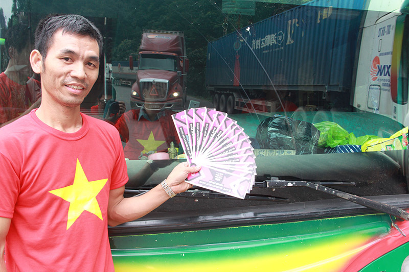 Chuyến xe vượt 1000 km sang Lào tiếp lửa đội tuyển Việt Nam