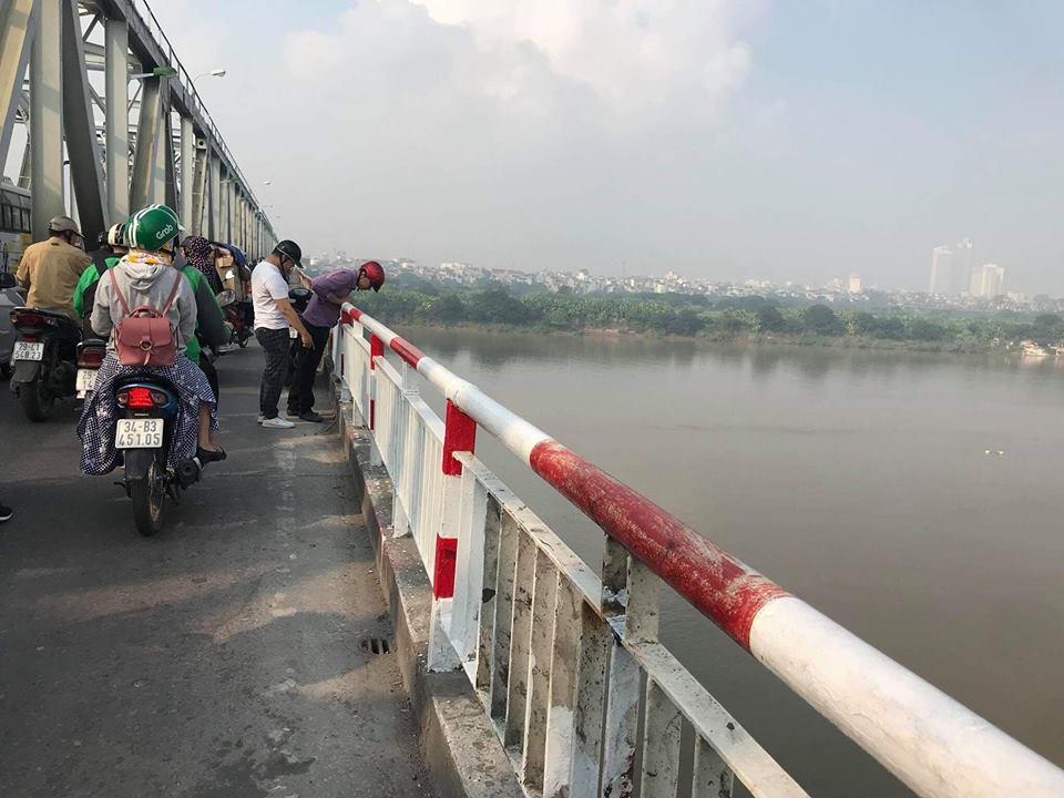 Người lái chiếc Mercedes rơi xuống sông Hồng là cô gái 21 tuổi