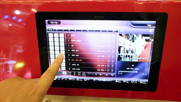 Máy karaoke mini cầm tay vừa đi vừa hát, giá 8 triệu đồng
