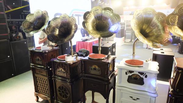 Ngắm dàn máy nhạc đĩa than giả cổ giá chưa tới ngàn đô