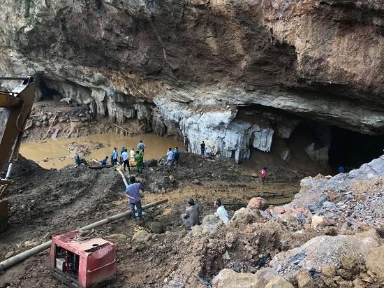 Hòa Bình: Sập hầm vàng trái phép, 2 người mắc kẹt