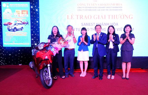 Khách hàng Sanest Khánh Hòa nhận thưởng 'khủng'