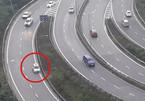 Chiếc ô tô thản nhiên lùi xe ngay khúc cua trên cao tốc