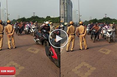Lạ mắt dàn xe máy dắt bộ qua mặt CSGT, cư dân mạng sôi sục tìm hiểu nguyên do