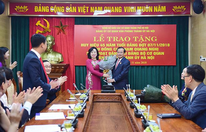 Nguyên Bí thư Hà Nội Phạm Quang Nghị nhận huy hiệu 45 năm tuổi Đảng
