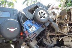 Xe ben lao vào resort tông 2 xe jeep, đè nát chân người dân