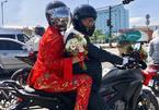 Cô dâu Việt đội mũ bảo hiểm đi xe phân khối lớn về nhà chồng