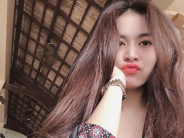 Tin sao Việt 6/11: Sơn Tùng MTP cài hoa trên tai hững hờ bờ vai dưới nước