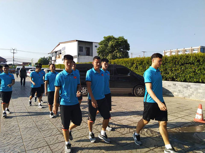Sân tập như bê tông, tuyển Việt Nam gấp rút tìm sân mới