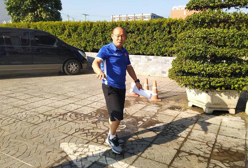 Tuyển Việt Nam thảnh thơi 'tắm nắng', thầy Park không cấm dùng điện thoại