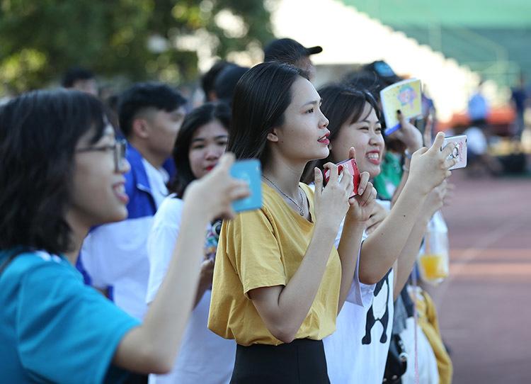 Nữ sinh Việt quây kín Công Phượng, Xuân Trường tại Lào