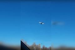 Máy bay chở khách 'đứng yên' giữa trời