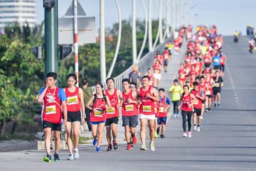 Mâu Thủy, Nhan Phúc Vinh chạy marathon 'đọ' sức bền