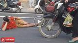 Bị xe đạp điện đâm, người đàn ông không quên... nằm ăn vạ