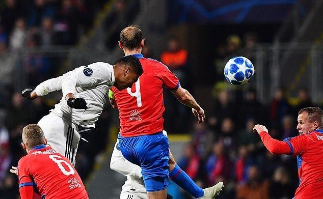 Bale và Benzema lập công, Real thắng 'bàn tay nhỏ'