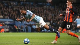 """Sterling """"diễn kịch"""" quá lố, Man City đoạt vé sớm vòng 1/8"""