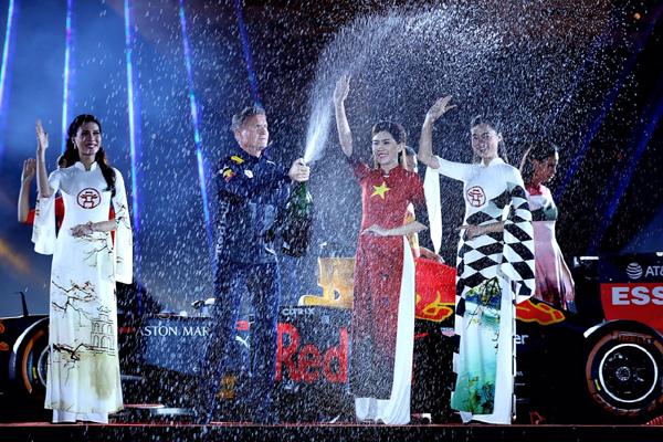 Màn bật champagne ăn mừng vô địch F1 tại Hoàng thành Thăng Long
