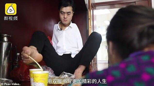 Chàng trai không tay dùng chân chăm sóc mẹ ốm