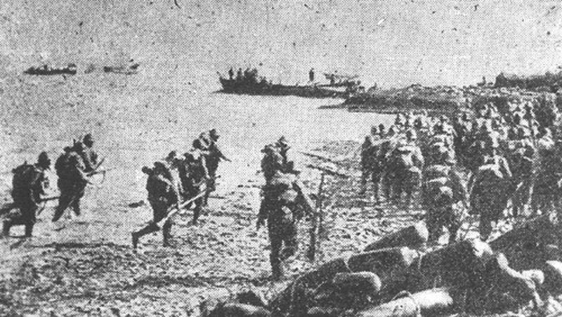Quân tăng viện Nhật đang đổ bộ lên bờ biển.